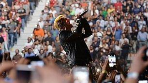 Torino abbraccia gli U2 Gli scatti del primo live    Vd  Bono pizza boy per i fan