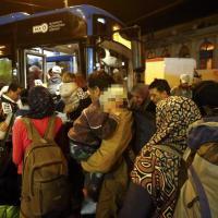 I primi pullman carichi di profughi in viaggio verso il confine con Austria e Germania