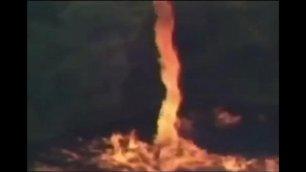 Fulmine sulla fabbrica di whiskey Tornado di fuoco verso il cielo