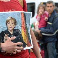 """Merkel: """"Sono colpita dal dolore di chi arriva, ma ora tutti devono rispettare le regole"""""""