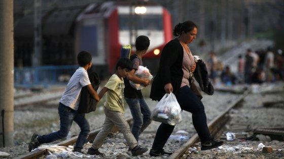 Lavorano e fanno figli: così i migranti finanziano l'Europa