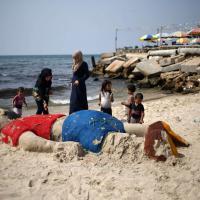 Gaza: una scultura di sabbia per ricordare il piccolo Alan
