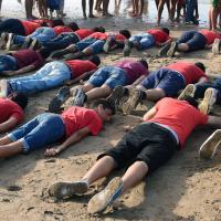 Marrocco, stesi a pancia in giù come il bimbo siriano: flash mob sulla spiaggia in ricordo di Alan