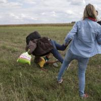 Ungheria, la reporter sgambetta i profughi: la sequenza
