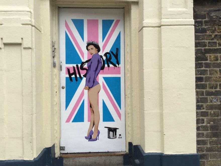 Londra, street artist celebra Elisabetta: la regina è svestita sul disegno di Pegasus