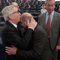 Il bacio di Juncker a Schulz