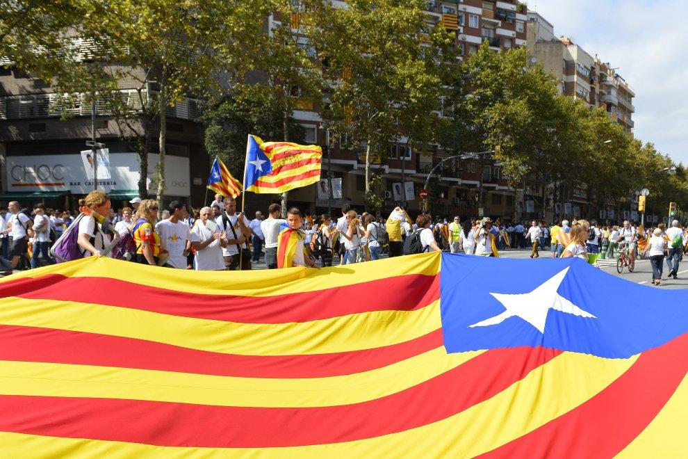"""Barcellona, scendono in piazza gli indipendentisti catalani. In migliaia per la """"Diada"""""""