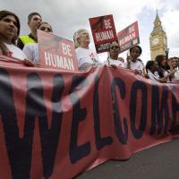 Londra, migliaia in strada per i rifugiati: tra i manifestanti anche Corbyn