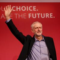 Tra il casual e il trasandato, tutti i look di Jeremy Corbyn
