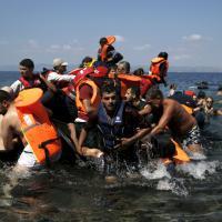 Immigrati: barcone si rovescia al largo di Lesbo, le drammatiche immagini dei soccorsi