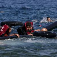 La Germania sospende Schengen. Naufragio in Grecia: 34 migranti morti, strage bambini