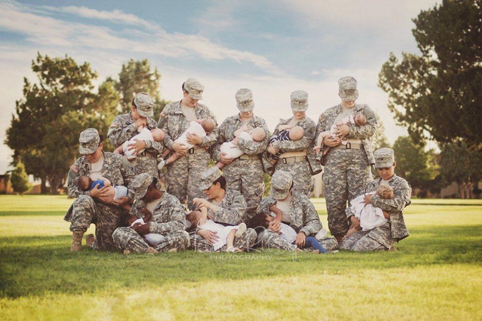 Foto di gruppo: le soldatesse allattano. Ma Facebook rimuove la foto