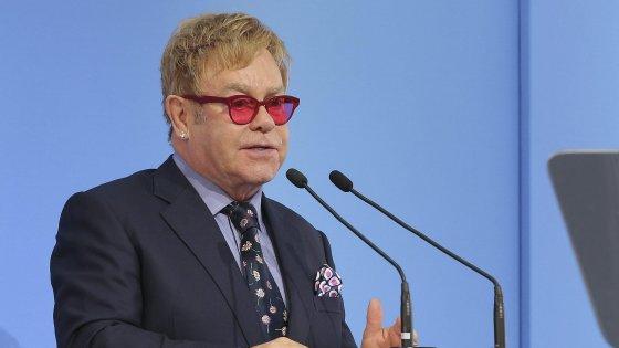 """Russia e diritti gay, Elton John: """"Putin mi ha chiamato"""". Smentita del Cremlino"""
