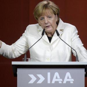 """Merkel alle case auto: """"Date una possibilità ai migranti"""""""