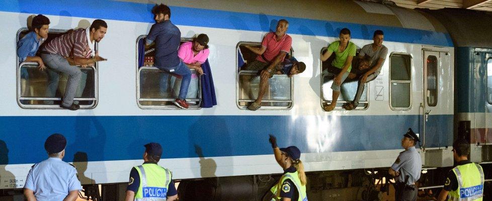 Migranti, scontro Budapest-Zagabria. L'esercito ungherese blocca treno di profughi e disarma i poliziotti croati