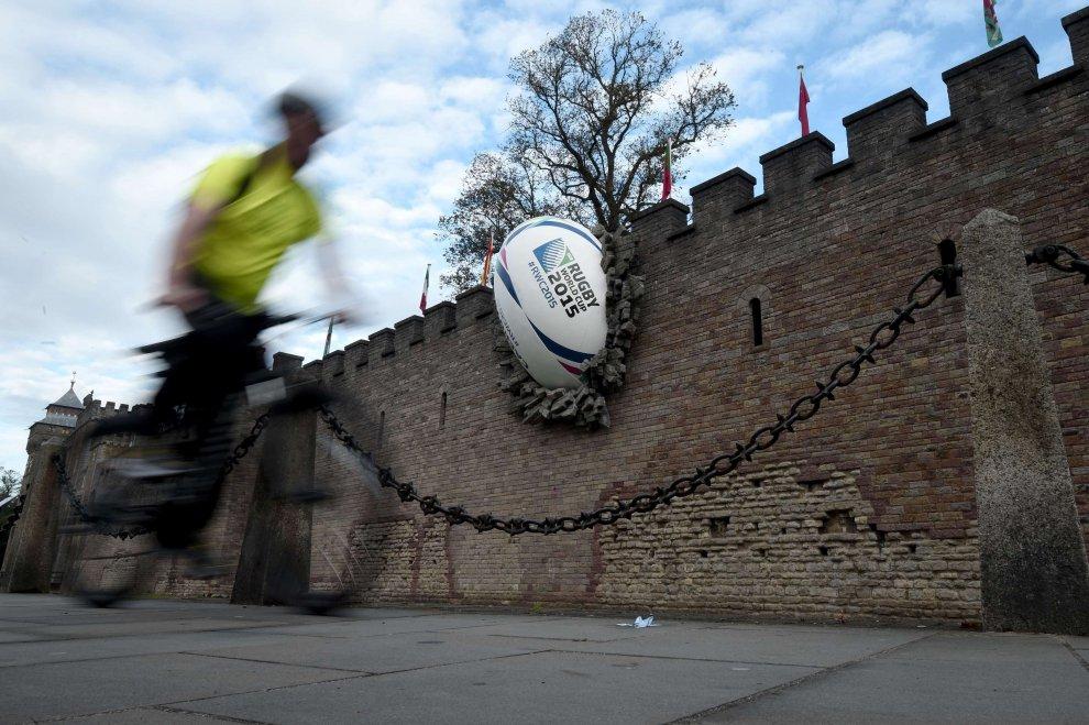 Cardiff, la palla ovale sfonda le mura del castello: l'installazione per i Mondiali di Rugby