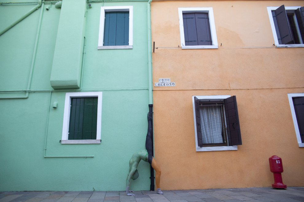 Burano cambia pelle: bodypainting tra le case colorate
