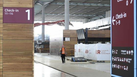 Berlino, ennesimo stop ai lavori dell'aeroporto in costruzione da nove anni