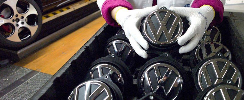 Volkswagen nella bufera: ha truccato i dati sui gas di scarico. Il titolo crolla
