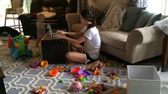 Troppo stress tra famiglia e lavoro: così l'economia si perde il talento delle donne