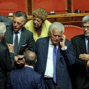 Forza italia altre sette deputati e un senatore lasciano for Numero senatori e deputati in italia