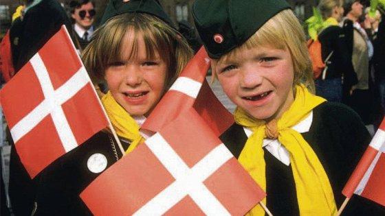 """Lezioni di sesso alla danese: """"Fate figli presto"""""""