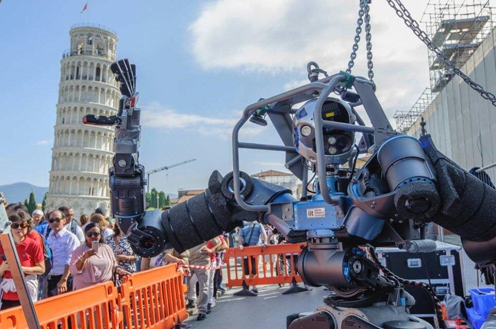 E il robot sorregge la torre di Pisa
