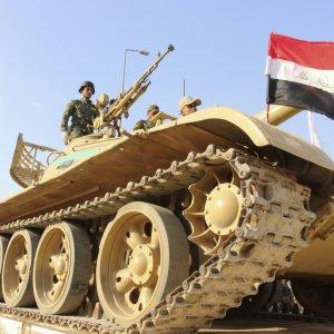"""Francia: primo raid in Siria contro l'Is. Renzi: """"Evitare una Libia bis"""""""