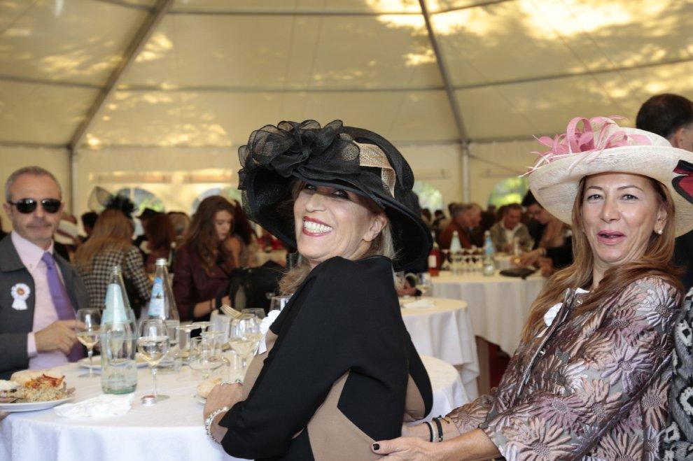 Merano come Ascot, i cappelli più originali del concorso ippico