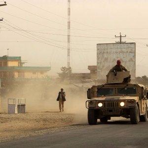 Afghanistan, talebani issano bandiera nella piazza principale di Kunduz