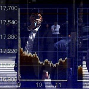Cina e materie prime spaventano le Borse. La Ue chiude debole, Tokyo crolla del 4%