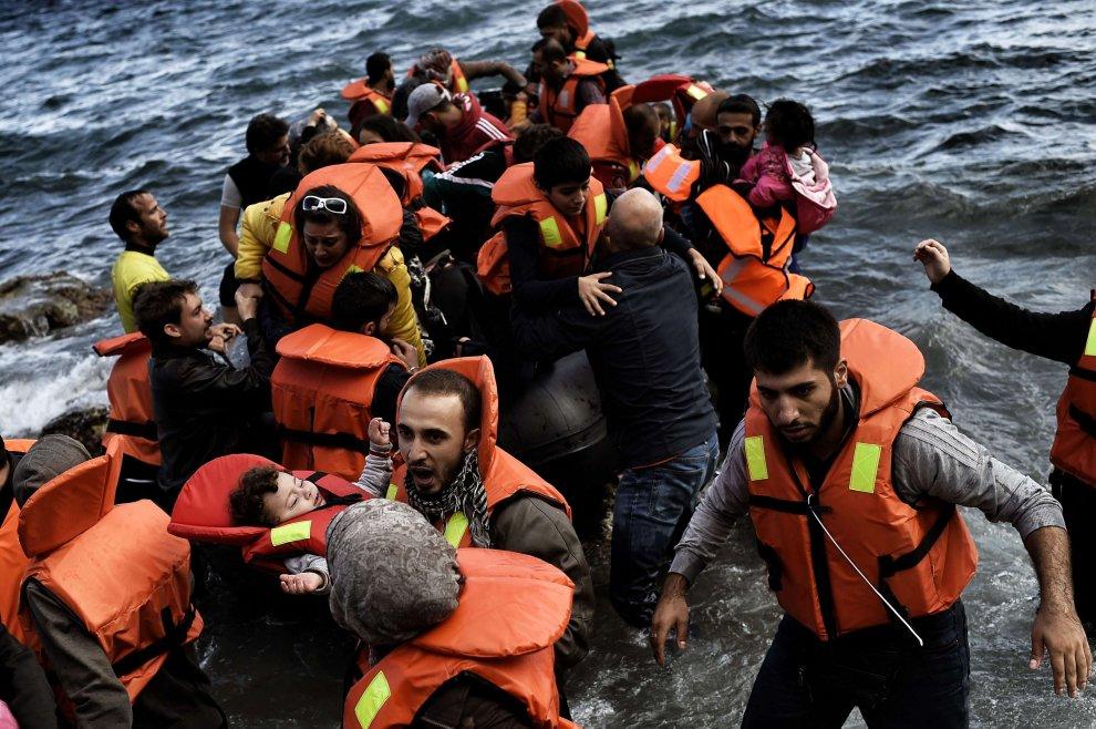 La tragedia di Lesbo, nuovi sbarchi dei migranti