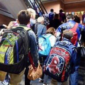 Dai pastelli al computer: se le scuole vanno avanti con i punti della spesa