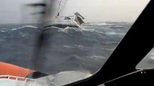 Barca a vela in balia delle onde Salvataggio durante la tempesta