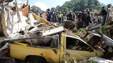 Guatemala, frana cancella un villaggio centinaia i dispersi dentro le case   video
