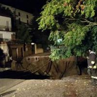 Pesaro, l'asfalto sprofonda: una voragine inghiotte la strada