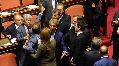 """Senato, caos per gesto sessista di Barani   Foto /     Video  Senatrice 5S: """"Ha fatto così"""""""