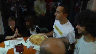 Ressa in pizzeria Il cameriere è Luigi Di Maio