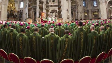 """Il papa in Vaticano apre il Sinodo   video        """"Chiesa con porte chiuse è tradimento"""""""