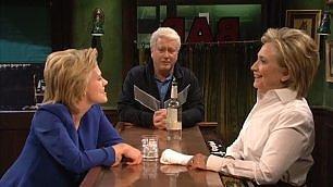 Hillary Clinton imita Trump  al SNL e poi arriva Bill...