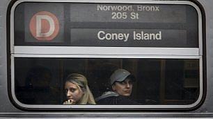 Coney Island: fermata tristezza i volti dei passeggeri nel metrò