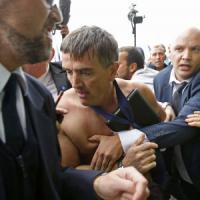 Air France conferma 2.900 tagli, dipendenti in rivolta