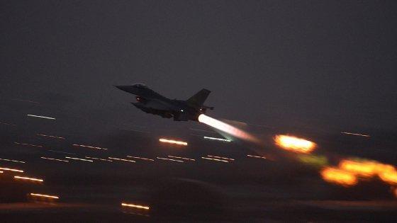 Siria, tensione nei cieli tra Turchia e Russia. Nato a Mosca: stop ai raid su oppositori di Assad e civili