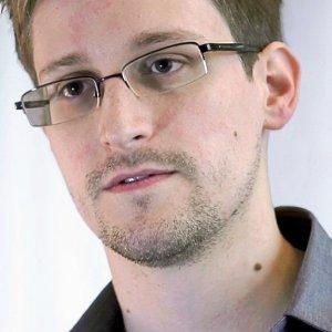 """Snowden: """"I nostri cellulari sorvegliati senza il nostro controllo"""""""