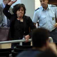 Atene, la madre del rapper lancia una bottiglia contro i vertici di Alba Dorata