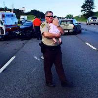 Alabama, il poliziotto consola la bambina dopo un incidente: l'immagine commuove Facebook