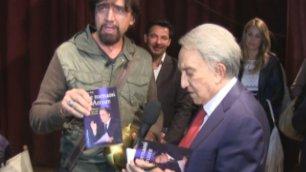 """Emilio Fede presenta il suo libro  Arriva il Tapiro: """"Che figura"""""""