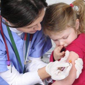Vaccinazioni in calo, disinformazione e paure dietro il ritorno delle malattie debellate