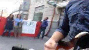 Il caso: ''Manca il permesso'' Musicista di strada cacciato via