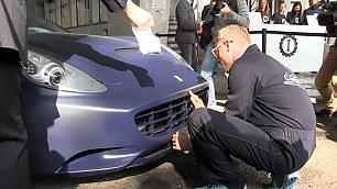 Lapo Elkan versione operaio pulisce Ferrari con la saliva    Ft  Il progetto con lo chef Cracco